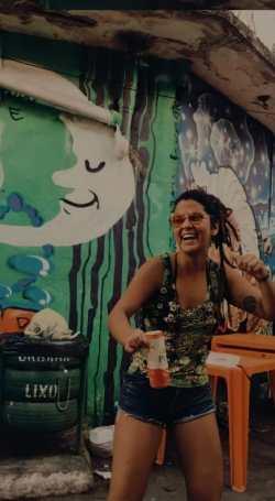"""""""Metade do meu corpo ficava no bar da meladinha e a outra no bar de Nazaré, palco da """"Quinta que te quero samba""""! Quem reinava nesse samba era Batuque de um povo, um canto de ancestralidade, luta e resistência do nosso povo negro. Só frequento há 5, mas tenho notícia de que são 10 anos de sucesso desse samba. Quem me dera já estar lá há 10! Acho o Beco do Lama o lugar mais gostoso pra quem é negro, pra quem é mulher, pra quem é LBGT... Não só por ser o lugar mais gostoso pra se sentir livre e ser quem se é, mas pra se sentir representado naquela arte que rola por ali... Na rua. O povo na rua. A arte do povo na rua!"""", destaca a fotógrada Luisa Medeiros."""