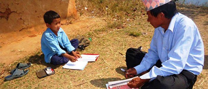 टोलमै पुगेर विद्यार्थी पढाउँदै सामुदायिक विद्यालय