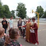Des élèves de 5ème jouent des saynètes de l'Evangile pour les maternelles.