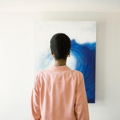 woman_looking_at_art