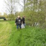 Inspection dans les herbes