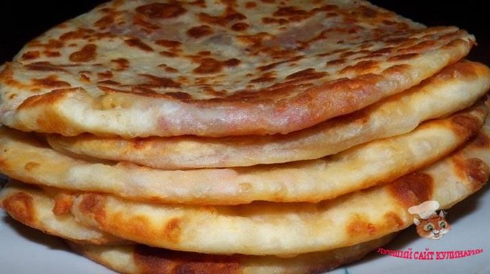 Уже очень давно готовлю такие сырные лепешки на сковороде и очень их люблю. Любят их все!