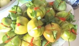 recept-kvashenyx-zelenyx-pomidorov-v-vedre3