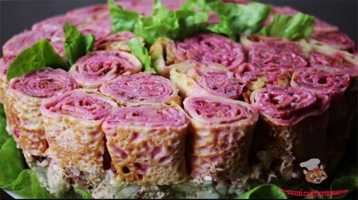 salat-buket-roz-s-blinami