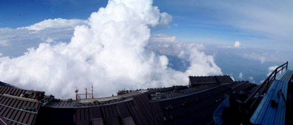 目の前には雲