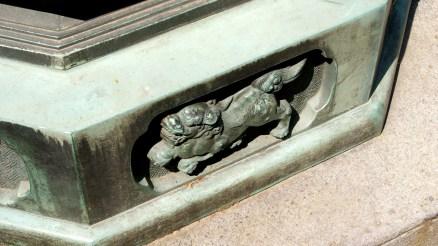 足元に狛犬の彫刻