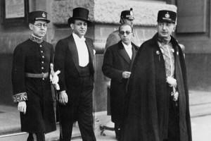 از سمت راست انوشیروان سپهداری، عبدالحسین سرداری(سر کنسول ایران در پارس زمان جنگ جهانی دوم)، علی معتمدی، عبدالله انتظام