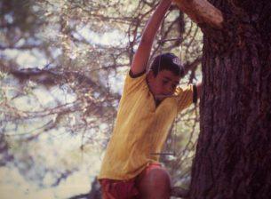 Ruben Grande subiendo a un arbol