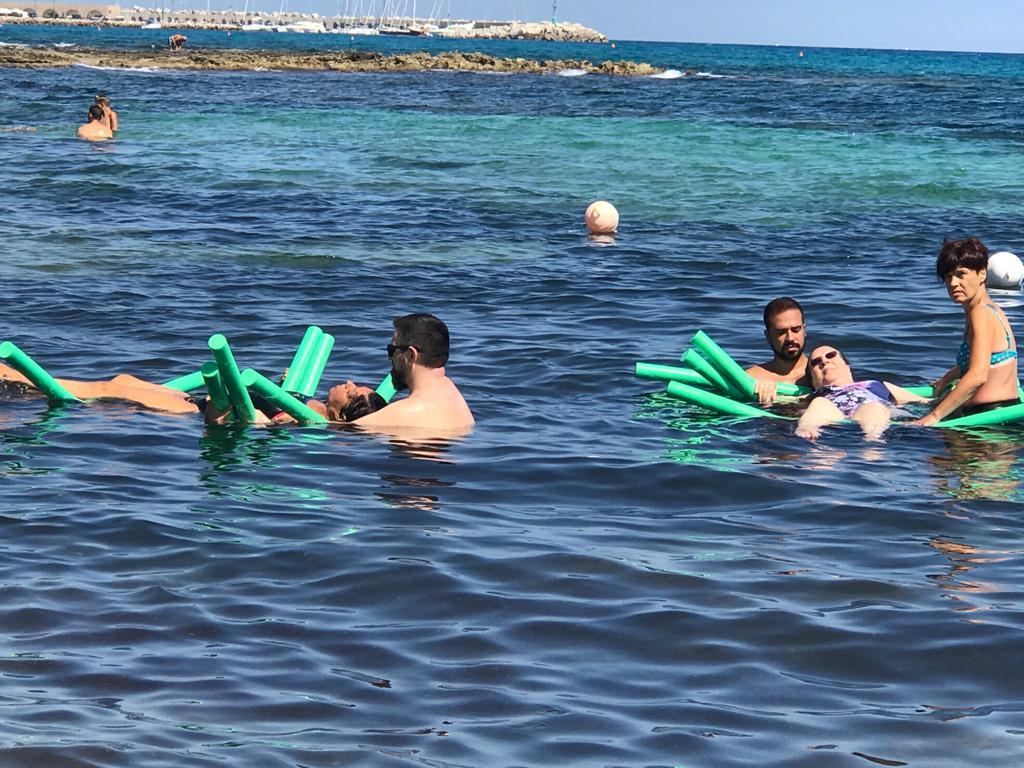 Il mare di tutti a San Foca continua con la fisioterapia a mare