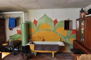 Das Bad mit Ofen für die Wassererhitzung