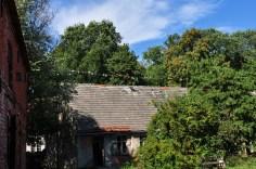 Das Haus mit den aufgehängten Fahnen