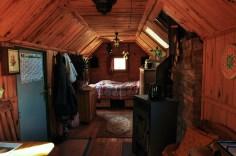 Das Schlafzimmer und der Ofen im Bauwagen