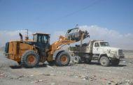 مكتب وزارة الأشغال في المكلا يرفع مخلفات البناء من شواطئ شارع الستين