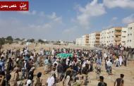 الالاف من المواطنين يشيعون جثمان الشهيد