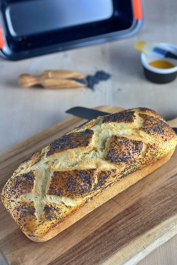 This white bread with poppy seeds is perfect for a shrimp sandwich or as a side with grilled chicken legs or soups.