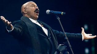 Óscar cantó 'La vida es una carnaval' en homenaje a Celia Cruz. (Foto: EFE)