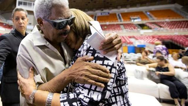 Rafael Ithier llegó al coliseo Roberto Clemente para despedir a Raphy y darle su apoyo a la esposa del músico fallecido. (Foto: Twitter/elnuevodia)