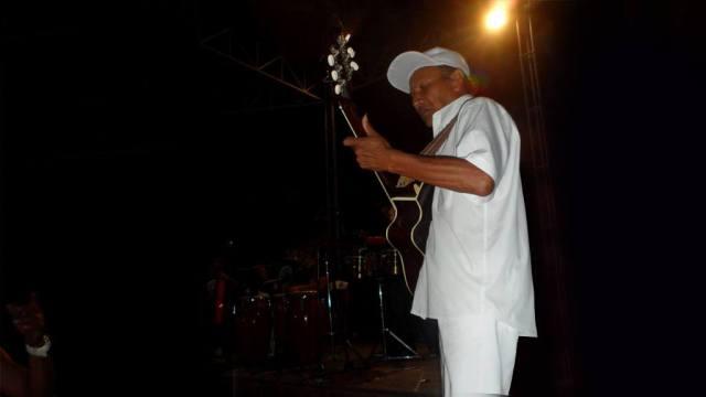 """Oswaldo Barreto """"Mita"""", el padre del tres cubano en Perú, en escena. (Foto: Martín Gómez / Salserísimo-Perú)"""