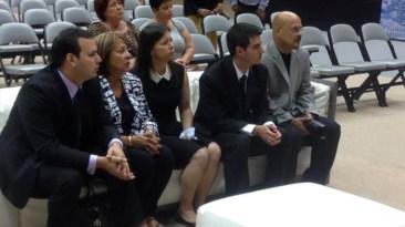 Los familiares de Raphy Leavitt aguardando la llegada de las personas que despedirían al fallecido músico. (Foto: Twitter/wapatv)