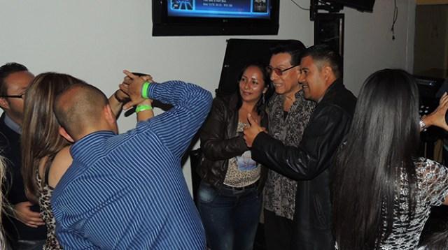 Alfredito Linares junto a la fanaticada salsera el sábado 10 de octubre en el salón Brava Terraza Bar, del barrio de Galerías, en Bogotá.