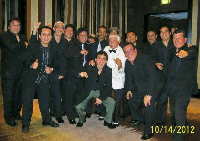Meñique junto a los músicos de la orquesta Vaya antes del espectáculo salsero en El Poseidón. (Foto: Arnaldo Aliaga)