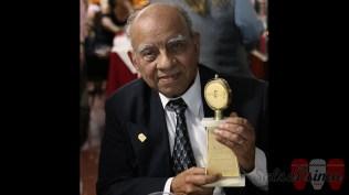 Lucho Macedo cargando un reconocimiento por su legado musical. (Foto: Salserísimo Perú)