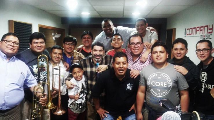 Gilberto Colón Jr. y César Vega durante los ensayos del repertorio musical para este sábado. (Foto: Rudhy Flores)