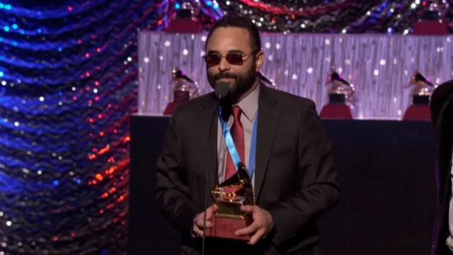 Roberto Delgado fue quien recibió el premio otorgado por La Academia. (Captura: latingrammy.com)