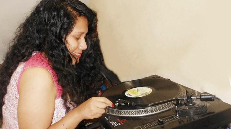 'Salsa con Angelina desde Lima' es el programa radial que también tiene en ciudadsalsera.com. (Foto: Facebook/AngelinaMedina)