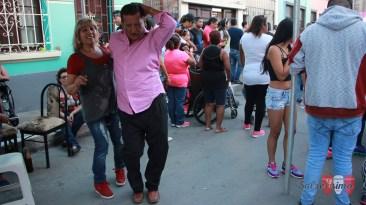 El que baila, gana, parece decir este fanático del 'Cantante de los cantantes', Héctor Lavoe. (Foto: Salserísimo Perú)