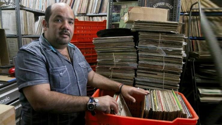 Richie Viera espera la llamada de alguna autoridad para que el valioso material de colección no se maltrate. (Foto: elvocero.com)