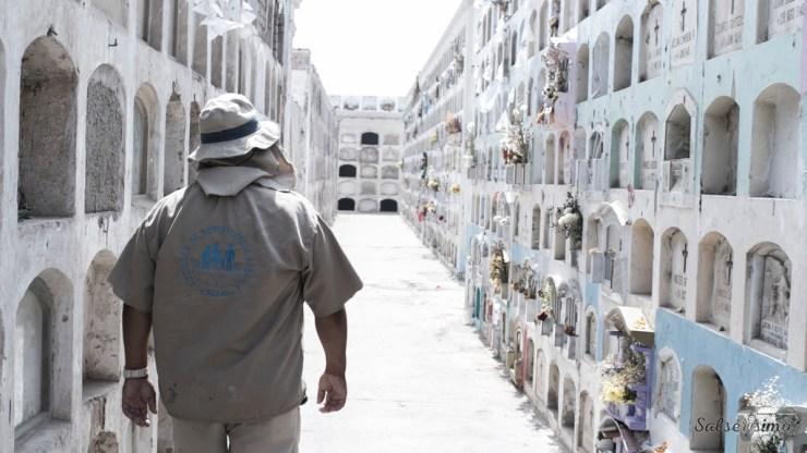 Hace ocho años, Henry trabaja en el cementerio Baquíjano. En este tiempo ha enterrado a familiares y amigos. (Foto: Salserísimo Perú)