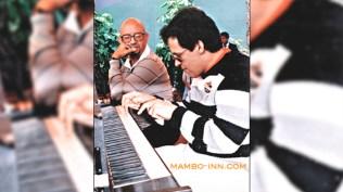 Lavoe tocando el piano de su director de orquesta. . (Foto: Mambo-Inn)