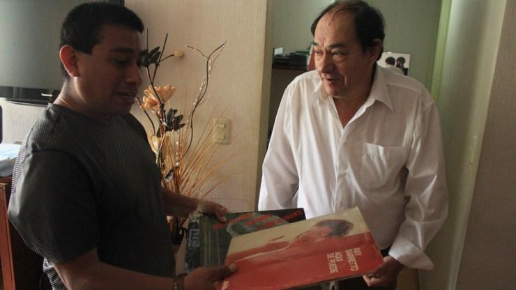 Yolvi Traverso, en su centro de operaciones musicales, junto a Martín Gómez, editor web de Salserísimo Perú. (Foto: Antonio Alvarez/Salserísimo Perú)