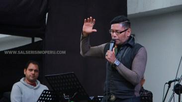 Willy Rivera elevó una oración al cielo confiado en que Lucho Cueto mejorará su estado de salud. (Foto: Antonio Alvarez F./Salserísimo Perú)