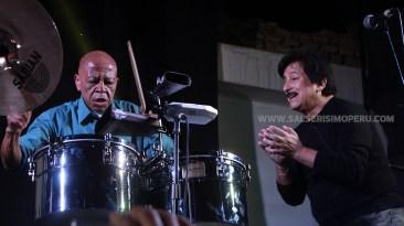 Macario Nicasio y Carlos Peluzza Del Carpio haciendo de las suyas en los timbales. (Foto: Antonio Alvarez F./Salserísimo Perú)
