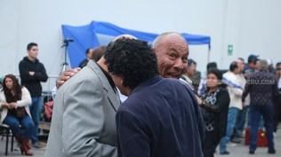 El coleccionista Walter Rentería (sonriendo) junto al locutor Jorge Eduardo Bancayán y Omar Córdova (de espaldas), productor de Descarga en el Barrio. (Foto: Antonio Alvarez F./Salserísimo Perú)
