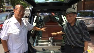 Jorge Eduardo Bancayán y Ricardo Bustamante brindándole el último adiós a su gran amigo. (Foto: Antonio Alvarez F. / Salserisimo Perú)