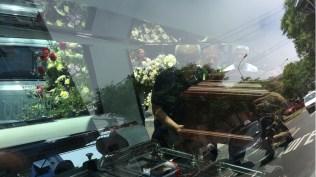 El cajón con los restos de Lucho Macedo es introducido en esta carroza minutos antes de partir hacia el cementerio en Lurín. (Foto: Antonio Alvarez F. / Salserisimo Perú)