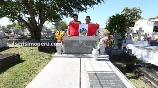 Daniel Álvarez y Martín Gomez, editores de Salserísimo Perú muestran la bandera peruana. (Foto: Antonio Alvarez F./Salserísimo Perú)