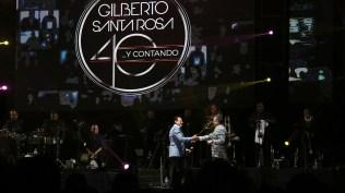 Ismael Miranda es felicitado por Gilbertito al término de su participación en su show en Lima. (Foto: Antonio Alvarez F./Salserísimo Perú)