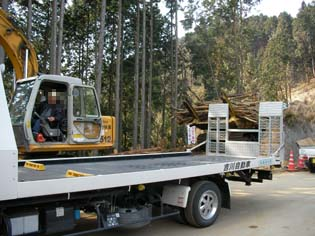 また別の巨大重機が雑木を運んできた!