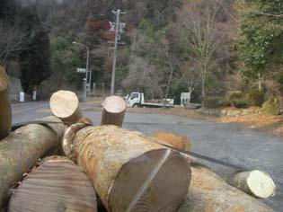 薪を隊長宅まで運ぶ、いとう君と吉川トラック