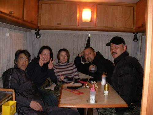 海へ出る直前のサルシカ隊。サルシカ号の車内にて