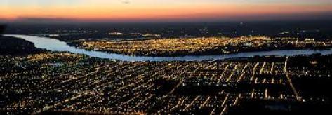 Ciudad de salto en la noche