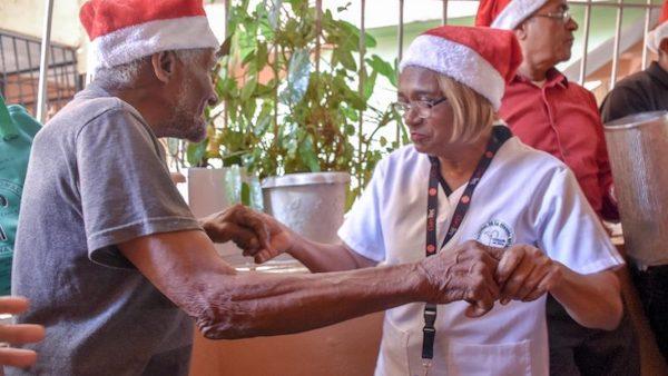 Conape lleva la alegría de la Navidad a los adultos mayores de los barrios de la Capital