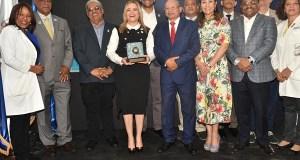 El Hugo Mendoza celebra orgulloso su premio a la Calidad