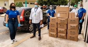 Foto 1, Personal de LAM entrega el donativo a Felipe Meregildo, administrador del Hospital Robert Reid Cabral.