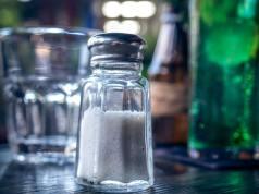 Reducir el consumo de sal salvaría más de 2,5 millones de vidas cada año en todo el mundo