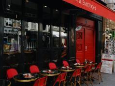 Inglaterra exigirá cierre de bares y restaurantes a las 10 de la noche por alza casos coronavirus